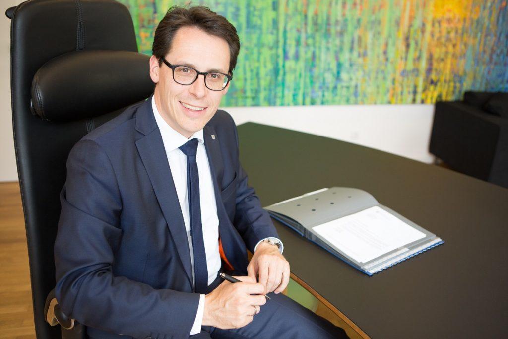 Oberbürgermeister Dr. Christian Moser sitz am Schreibtisch seines Büros in der Stadtverwaltung Deggendorf