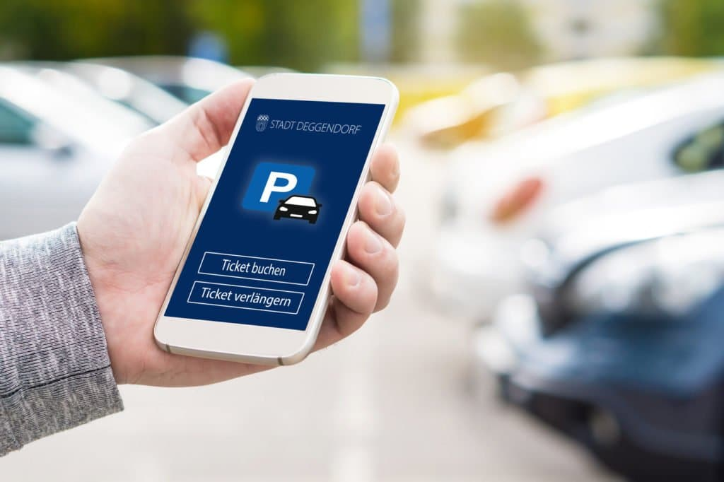 Jemand bucht mit dem Smartphone ein Park-Ticket