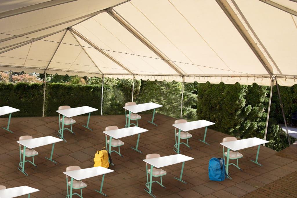 Schuleinrichtung mit Schulbänke und -sitze im Freien unter Zeltdach