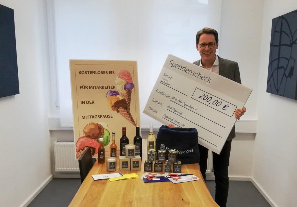 OB Christian Moser mit den Preisen für die Stadtradeln-Gewinner 2020