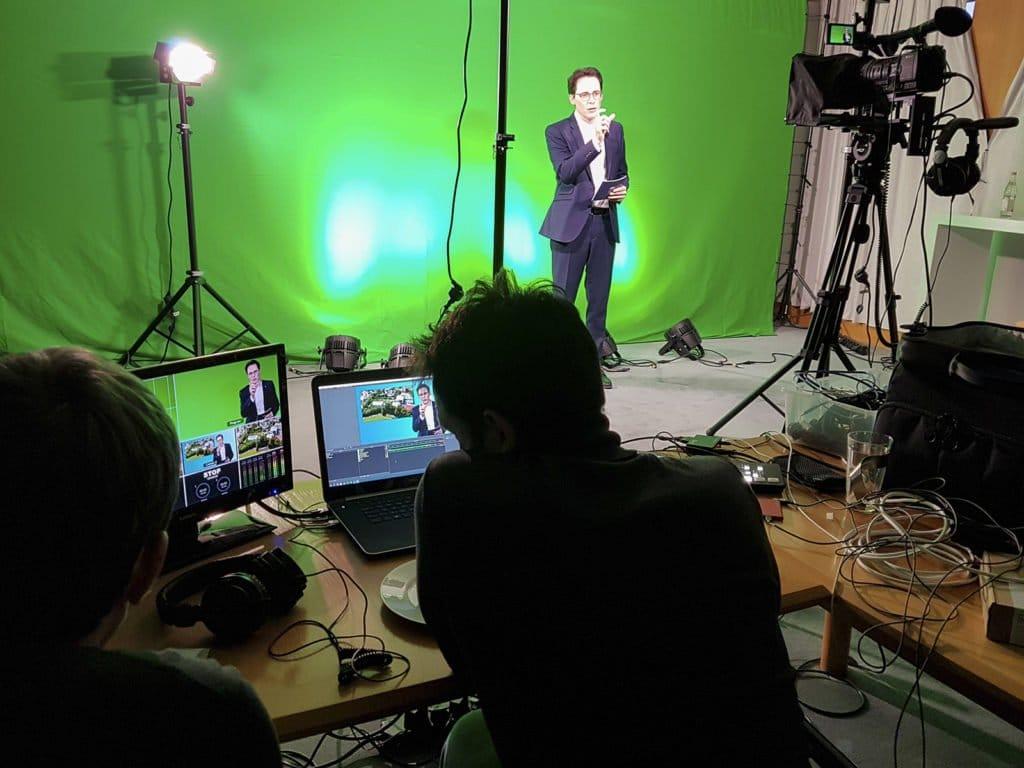 OB Christian Moser bei der Aufnahme der digitalen Stadtteilversammlungen im Aufnahmestudio der Medienstelle Deggendorf