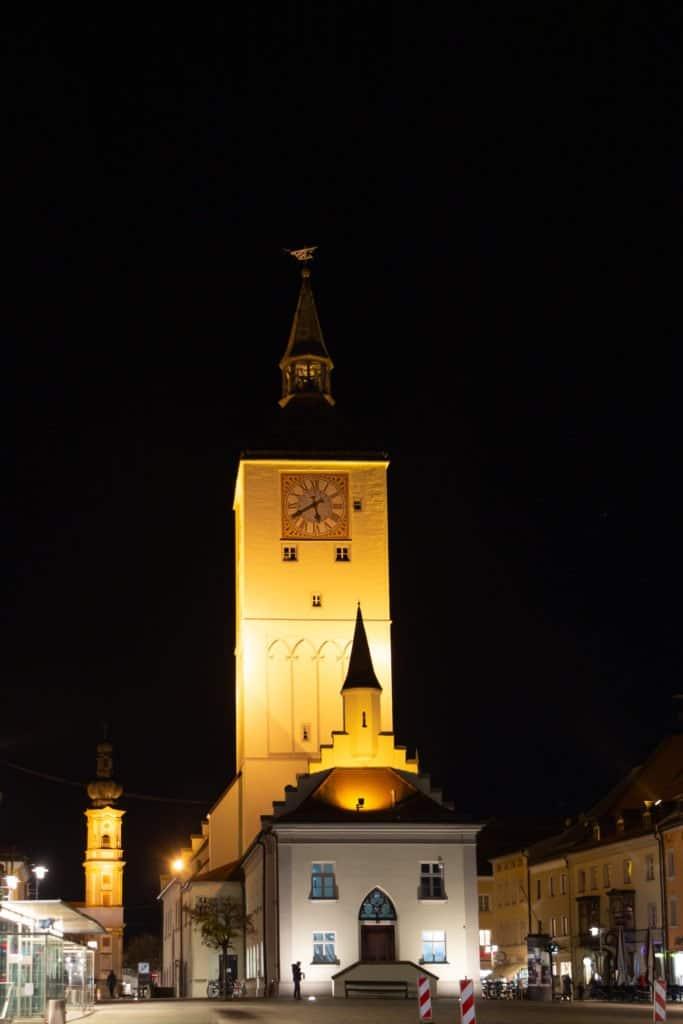 Das Alte Rathaus mit der neuen Turmbeleuchtung