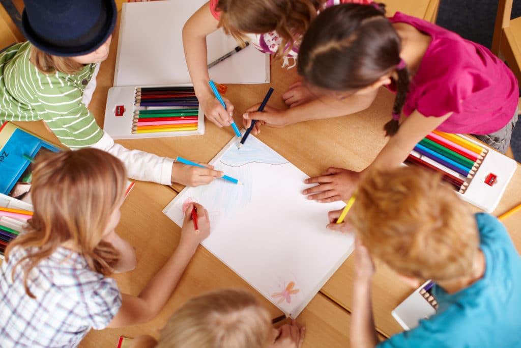 Grundschulkinder malen Gemeinsam