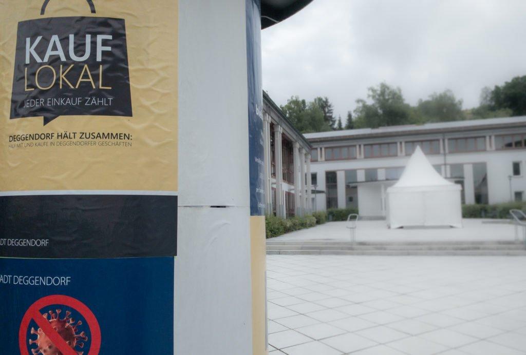 Litfaßsäule vor dem Neuen Rathaus Deggendorf