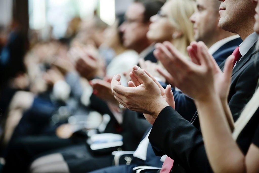 Menschen applaudieren den Ausgezeichneten