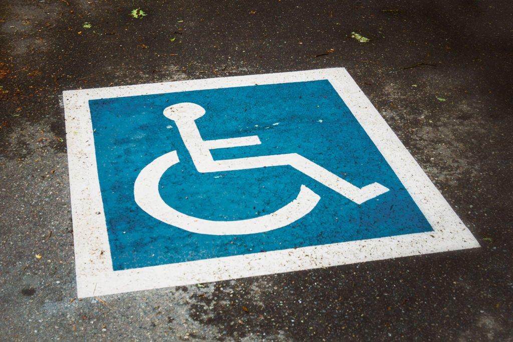 Markierung am Boden eines Behinderten-Parkplatzes