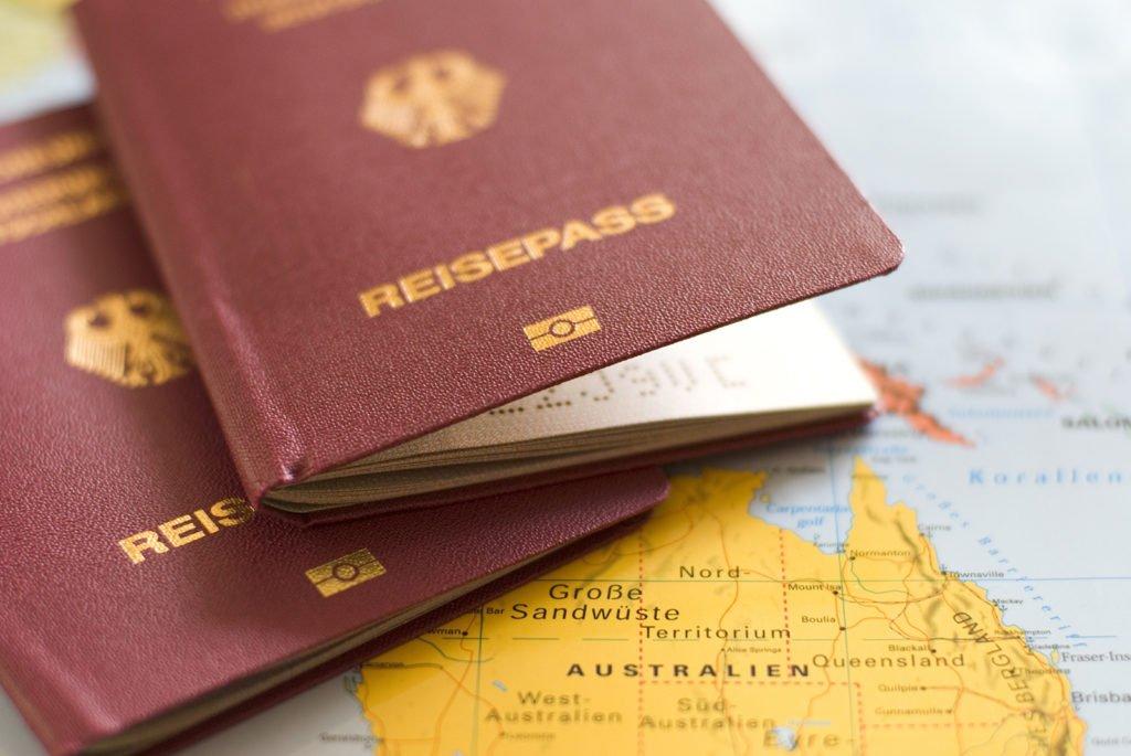 Reisepässe auf einer Weltkarte