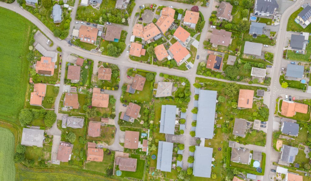 Öuftaufnahme eines Wohngebietes symbolisiert die gerechte Verteilung von Wohnungsbau des Deggendorfer Baulandmodells