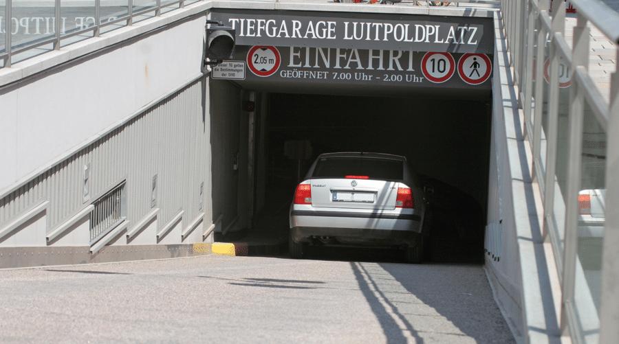 Auto fährt in die Tiefgarage am Luitpoldplatz Deggendorf