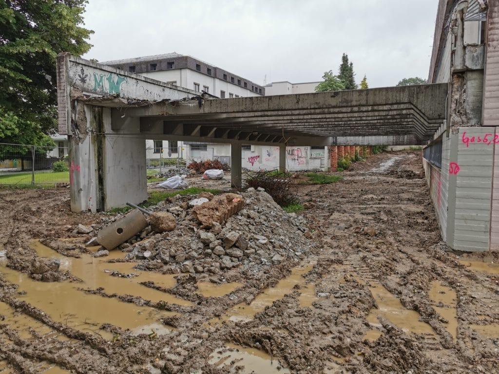 Schotter, Steine und Schlamm: Baustelle der Abrissarbeiten von der Maria-Ward-Schule Deggendorf
