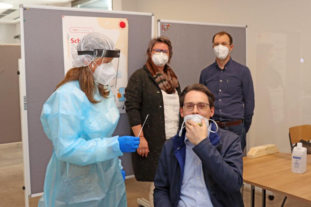 OB Christian Moser beim Testen im eröffneten Corona-Schnelltest-Zentrum in Deggendorf