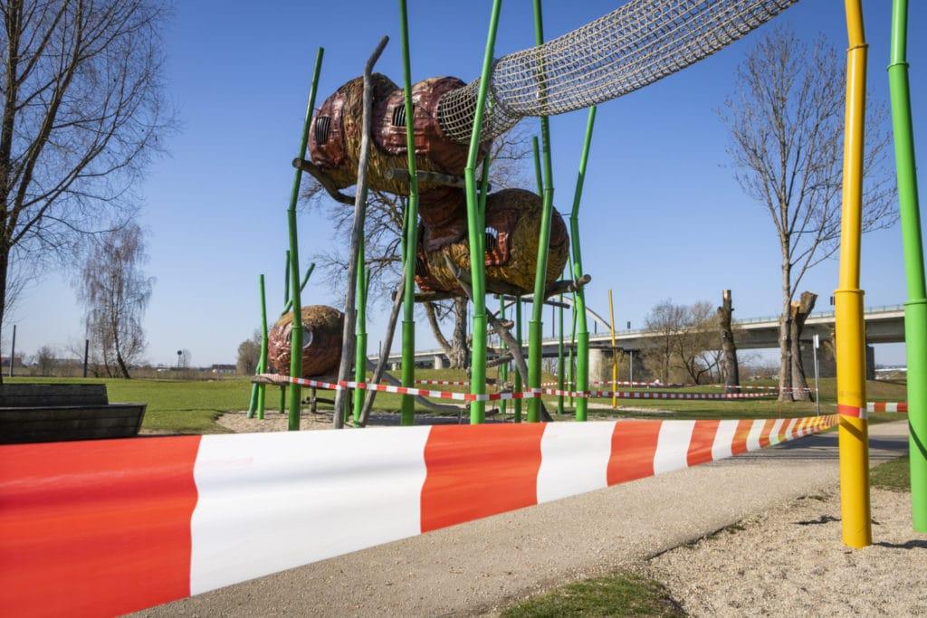Das Weidenversteck - Einer der Spielplätze an der Donaupromenade in Deggendorf mit einem rot-weißen Absperrband eingezäunt