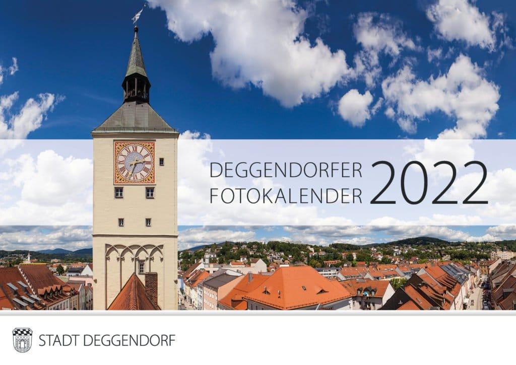 Rathausturm am Alten Rathaus Deggendorf mit Blickt über die Dächer am Stadtplatz Deggendorf unter blauem, leicht bewölktem Himmel