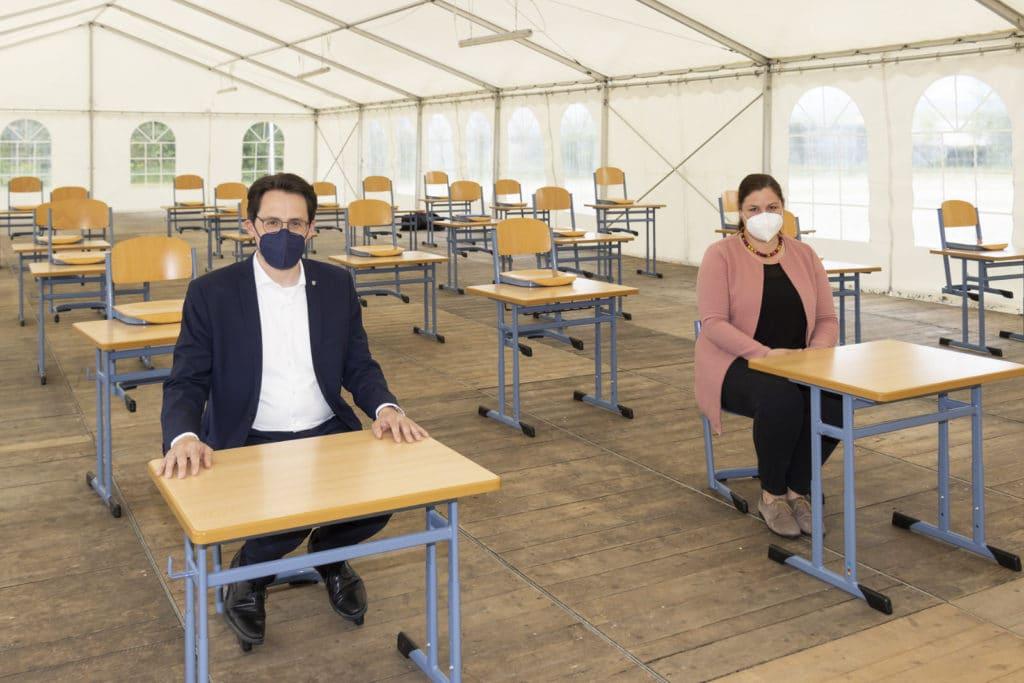 Präsenzunterricht im Zelt: OB Christian Moser und Schulleiterin Barbara Jeworutzki sitzen Probe für die Schüler im neuen Zelt
