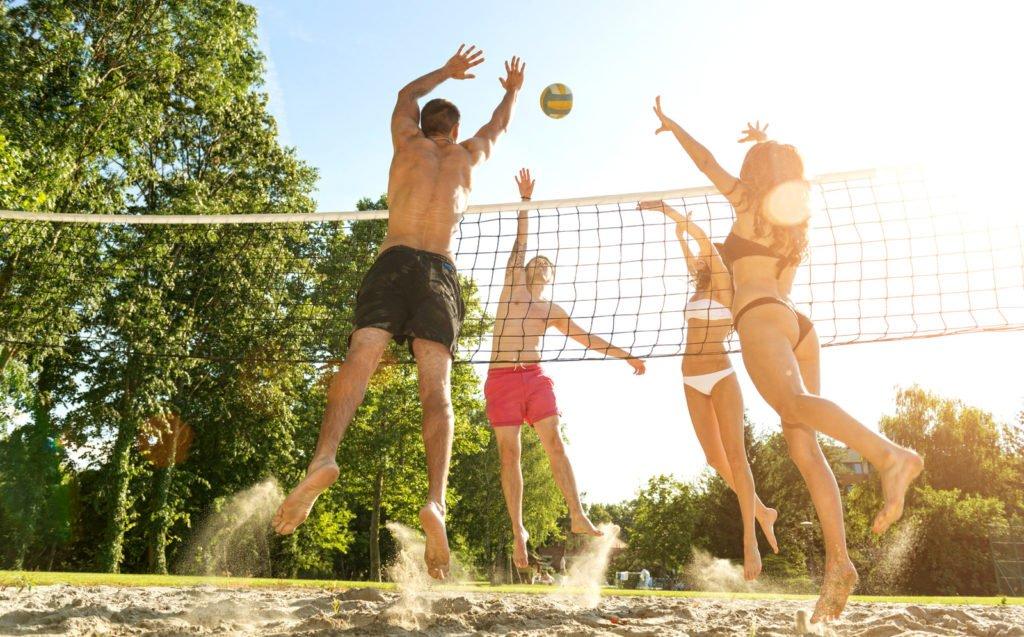 Personen spielen Beachvolleyball
