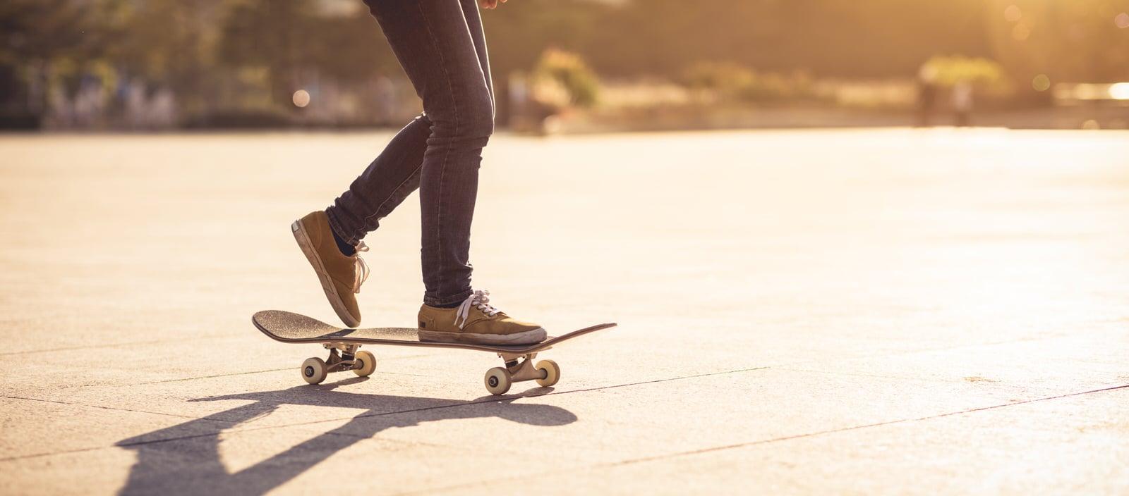 Skateboarder skatet mit seinem Skateboard