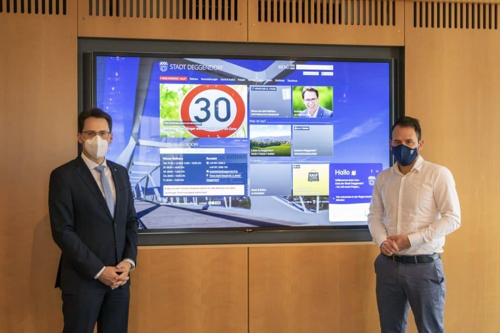 OB Christian Moser und Webmaster Marco Pointinger präsentieren die neue Internetseite von deggendorf.de