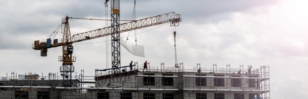 Kräne im Einsatz bei einer Baustelle