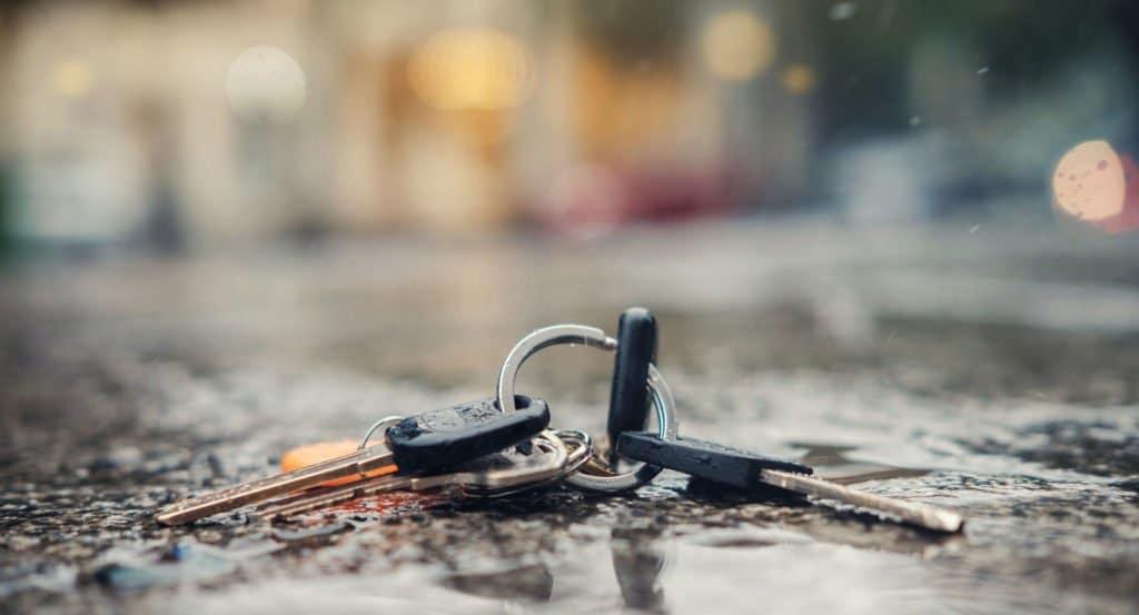 Schlüsselbund liegt auf dem Teerboden in der Stadt Deggendorf. Vermutlich wurde er verloren. Am Bund sind mehrere Schlüssel