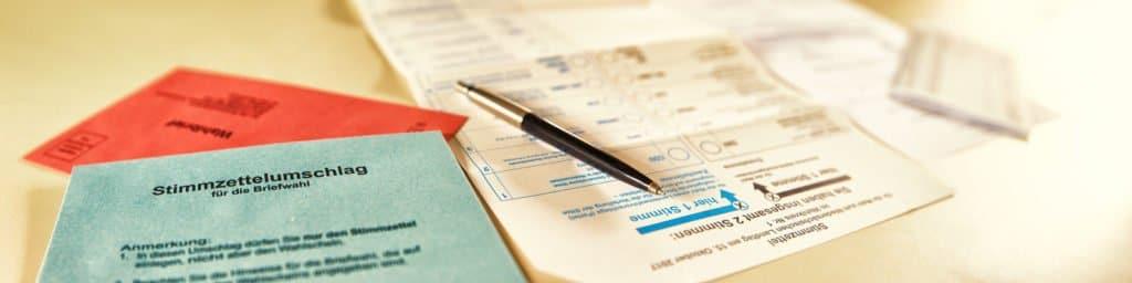 Briefwahlunterlagen: Stimmzettel, Umschlag und Ausfüllanweisung