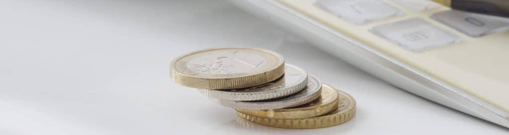 Euro-Münzen liegen gestapelt auf einem Tisch
