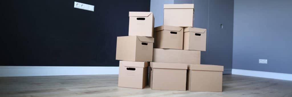 Leere Wohnung mit gepackten Kartons