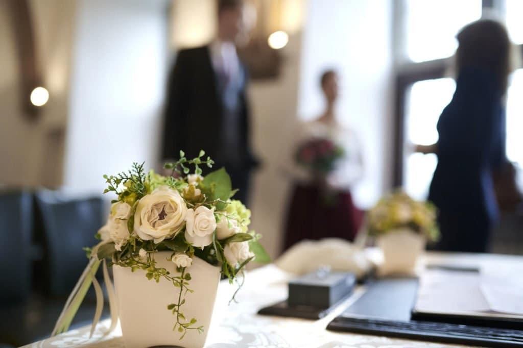 Brautpaar wartet auf dem Standesamt auf die Feier der Hochzeit und der Eheschließung