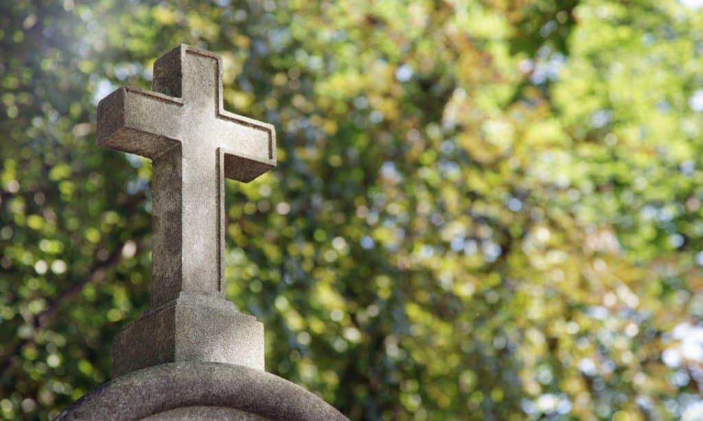 Grabkreut aus Stein auf einem Friedhof