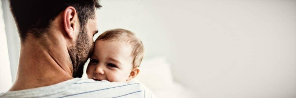 Vater hält sein Baby in den Arm