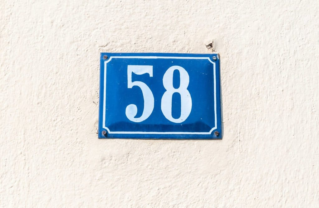 Hausnummernschild 58 an einer Hausmauer