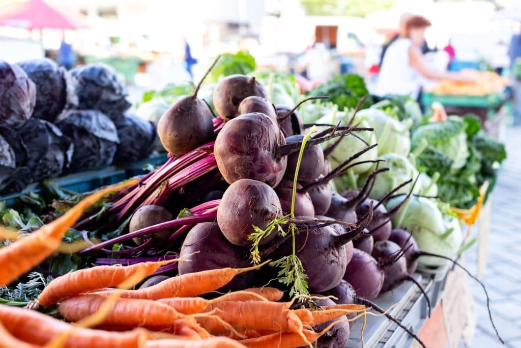 Möhren, Gelbe Rüben, Blau- & Weißkohl auf einem Wochenmarkt-Stand