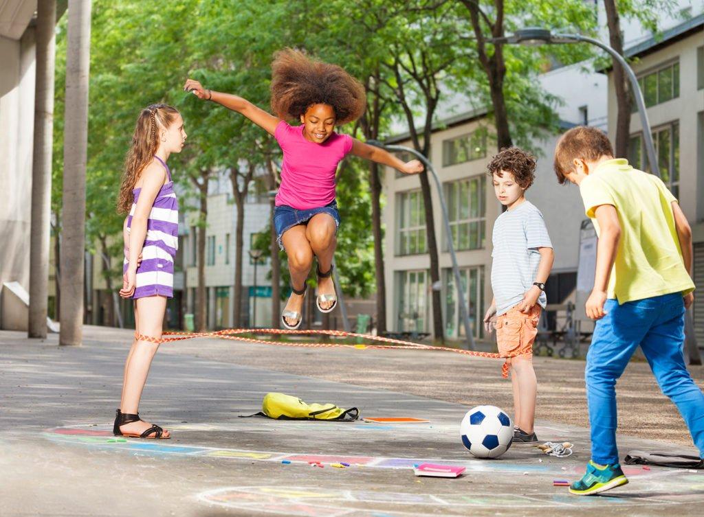 Kinder am Schulgelände beim Spielen nach dem Unterricht während der Mittagsbetreuung