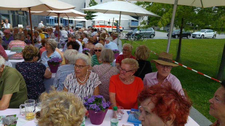 Senioren der STadt Deggendorf sitzen beim Seniorenkaffeetrinken 2019 im Stadthallenpark