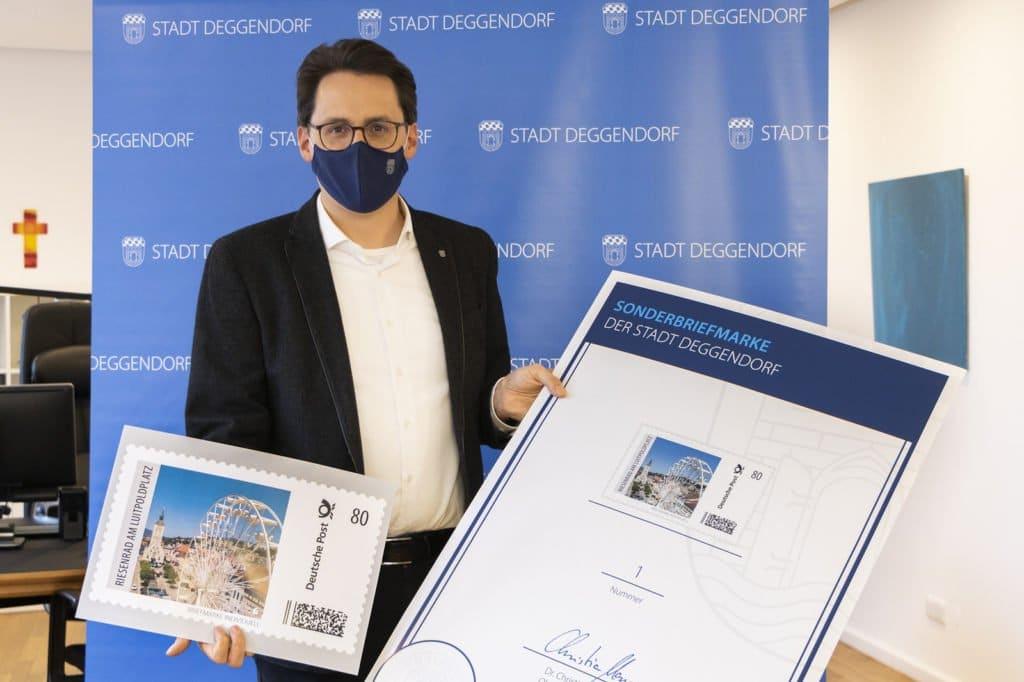 OB Christian Moser zeigt die Sonderbriefmarke zur Bürgerversammlung 2020 der Stadt Deggendorf