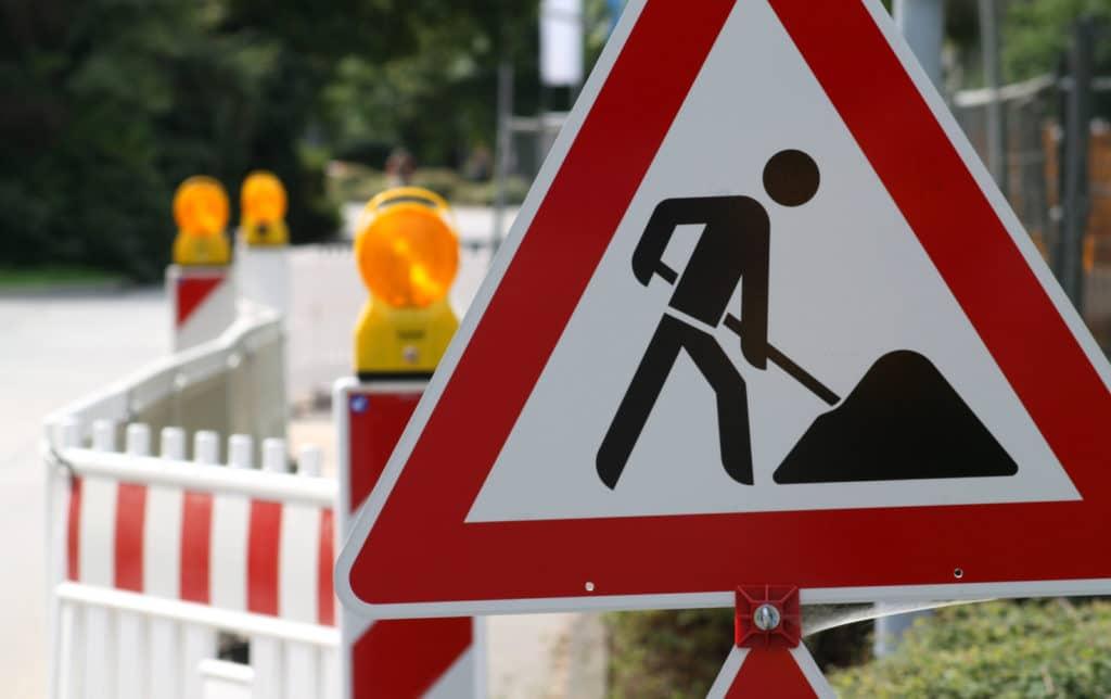 Baustellen-Schild mit Absperrung der Straße