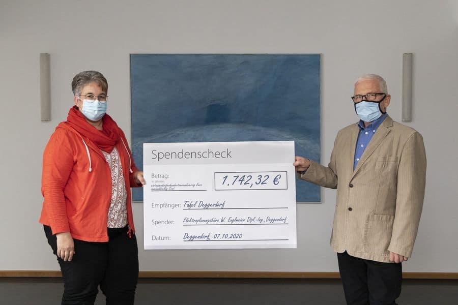 Spenden-Scheck Übergabe an die Tafel-Beauftragte der Stadt Deggendorf