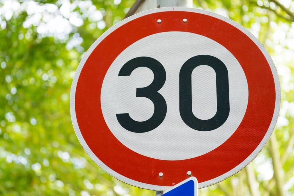Tempo 30 Straßenverkehrsschild