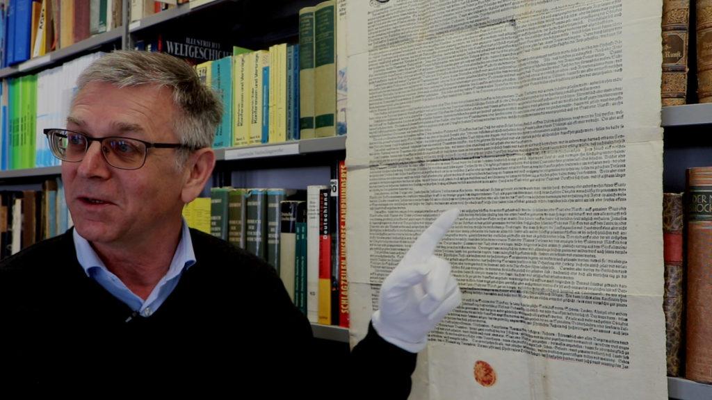 Erich Kandler - Archiva der Stadt Deggendorf - zeigt auf eine historische Infektionsschutzverordnung aus dem Jahre 1596