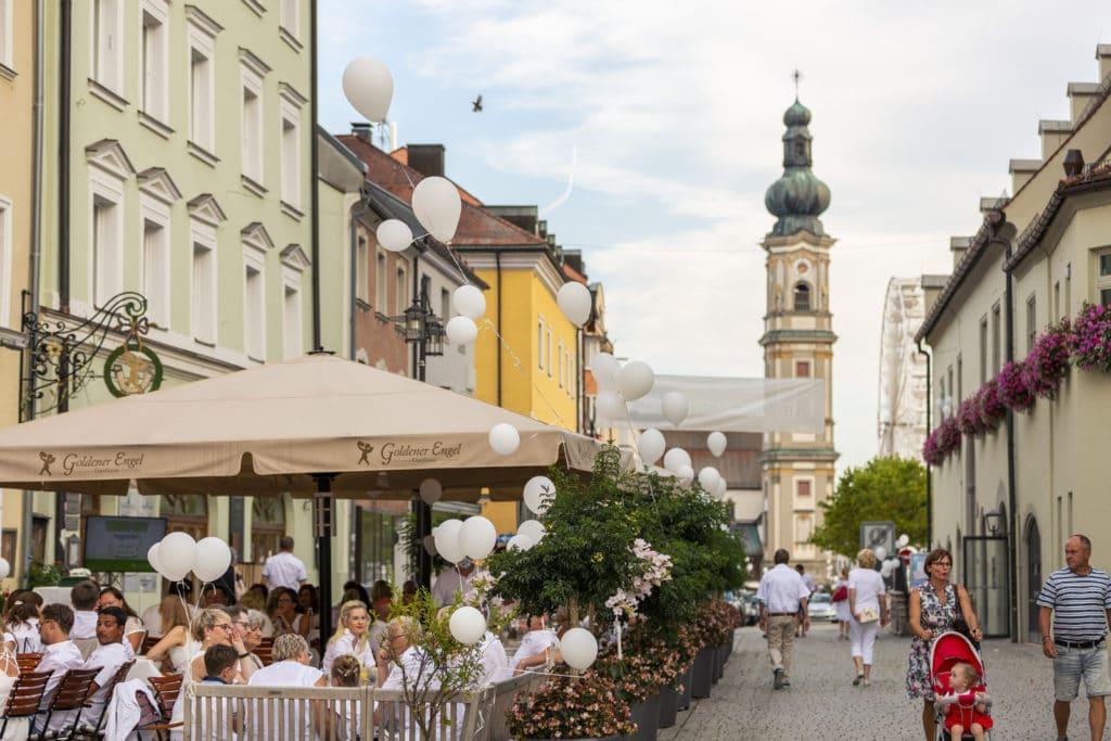 Oberer STadtplatz beim White City 2020 mit Blick auf die Grabkirche