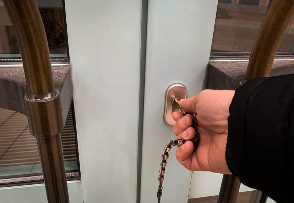 Die EIngangstür der Stadtbibliothek Deggendorf wird von jemanden mit einem Schlüssel zugesperrt